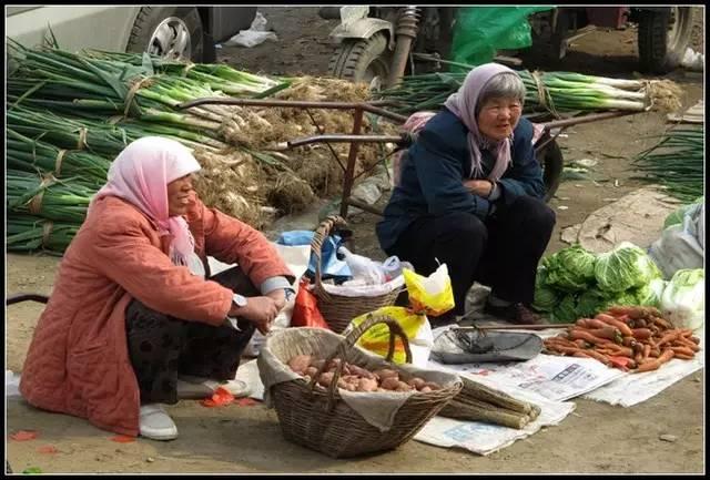 在农村集市上摆摊挣钱不易选对商品不是说说而已