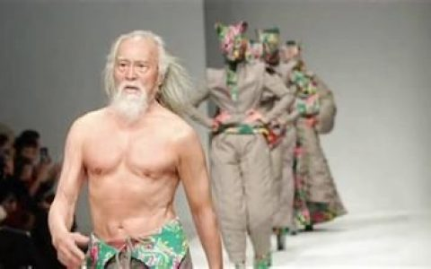 他把生命放在征途上50岁开始练肌肉80岁T台秀强健体魄