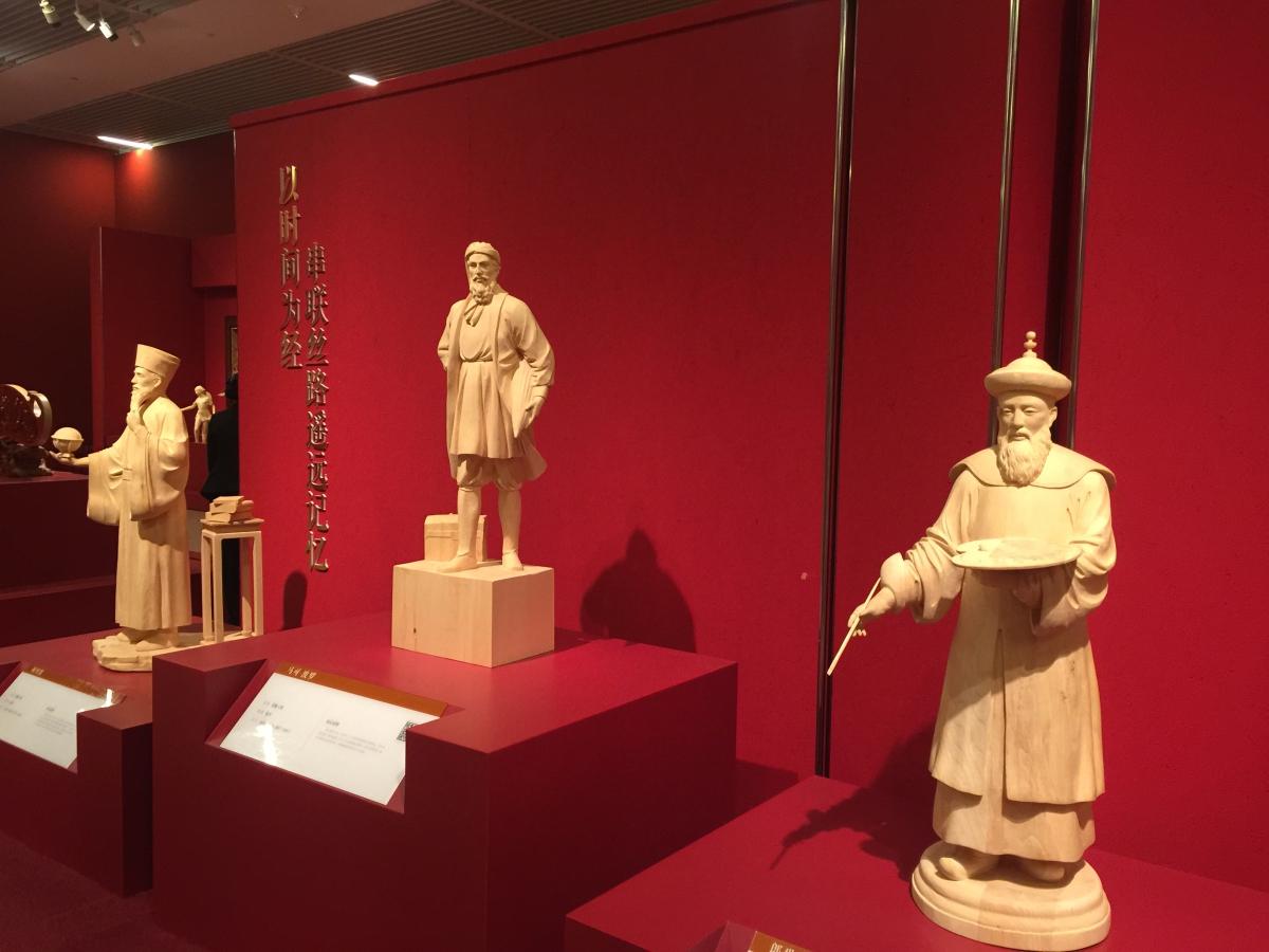 """木雕刻出""""丝路华章"""" 从艺六十年陆光正百件作品进国博"""
