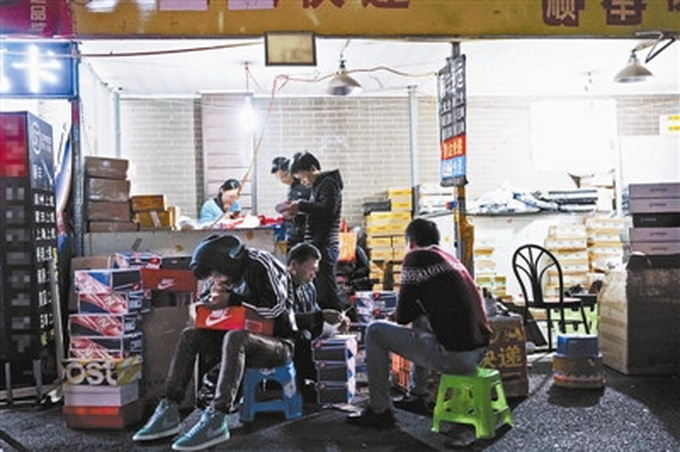 莆田鞋鬼市调查 逆天了!在家就能生产高仿名牌运动鞋 北晚新视觉