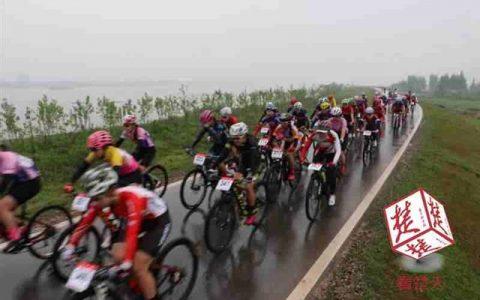 大江东去百里洲头竞风流500名自行车健儿雨中环岛74公里竞逐