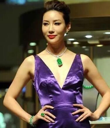 价值12亿元的极品帝王绿翡翠竟请了美女现场试戴!